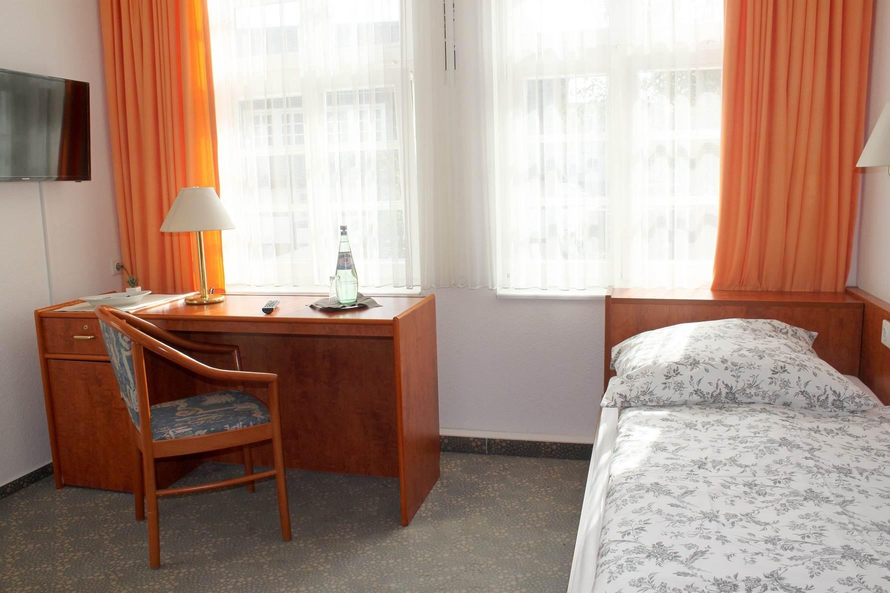 Einzelzimmer mit Aussicht und Schreibtisch im Parkhotel Bad Sassendorf